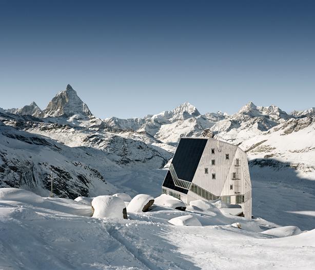 Was hier so futuristisch daherkommt ist ein Paradebeispiel für nachhaltige Architektur: Die Berghütte Monte Rosa ist ganz aus Holz gebaut und mit einer Photovoltaikanlage verkleidet.
