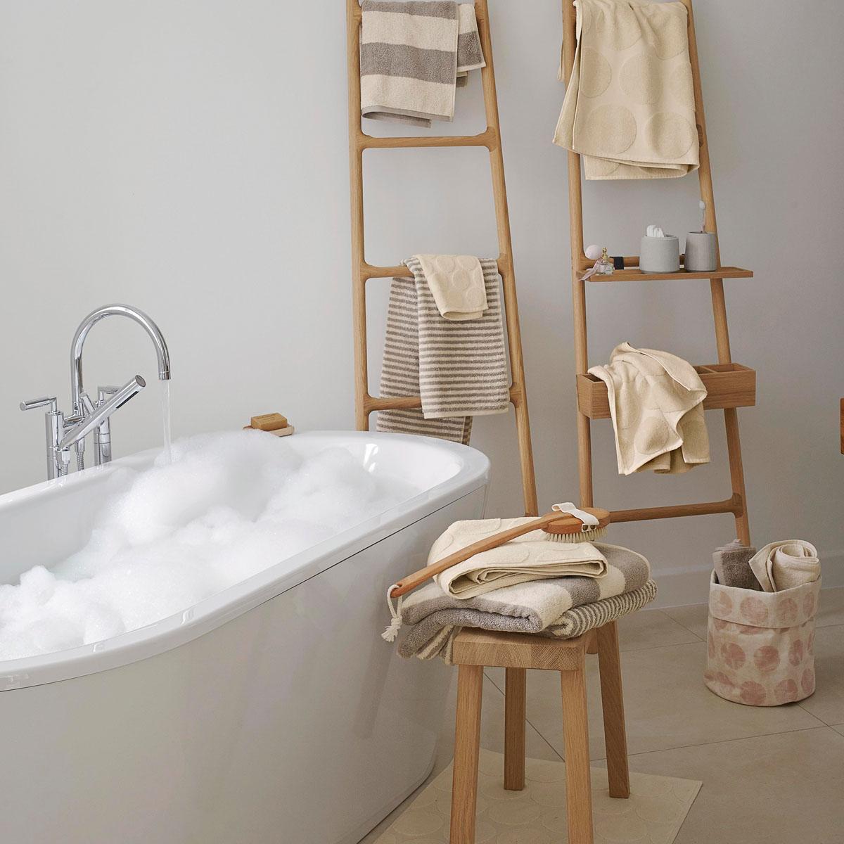 die rettung nach dem duschen hessnatur magazin. Black Bedroom Furniture Sets. Home Design Ideas