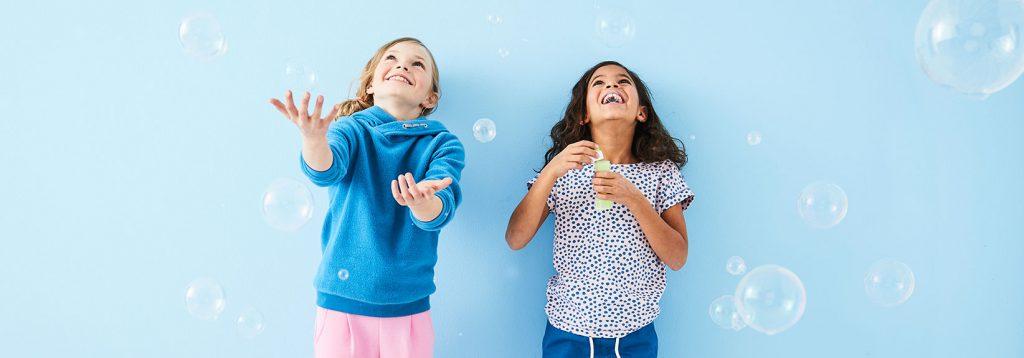 hessnatur Kinderollektion Mädchen machen Seifenblasen