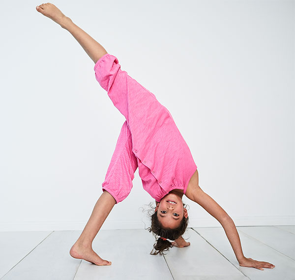 hessnatur Kinderkollektion Mädchen macht Handstand