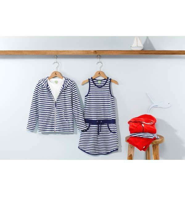 Neue Kinderkollektion mit Kleidern und Jacken