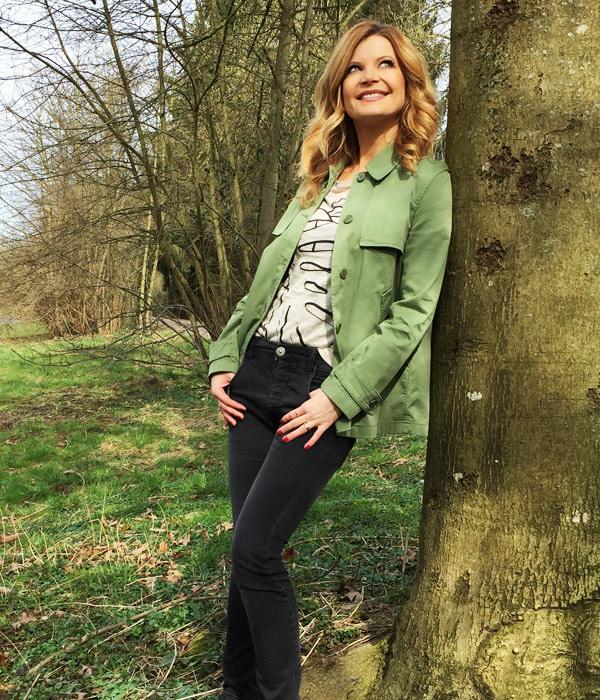 Eva Imhof im coolen hessnatur Jeans-Look