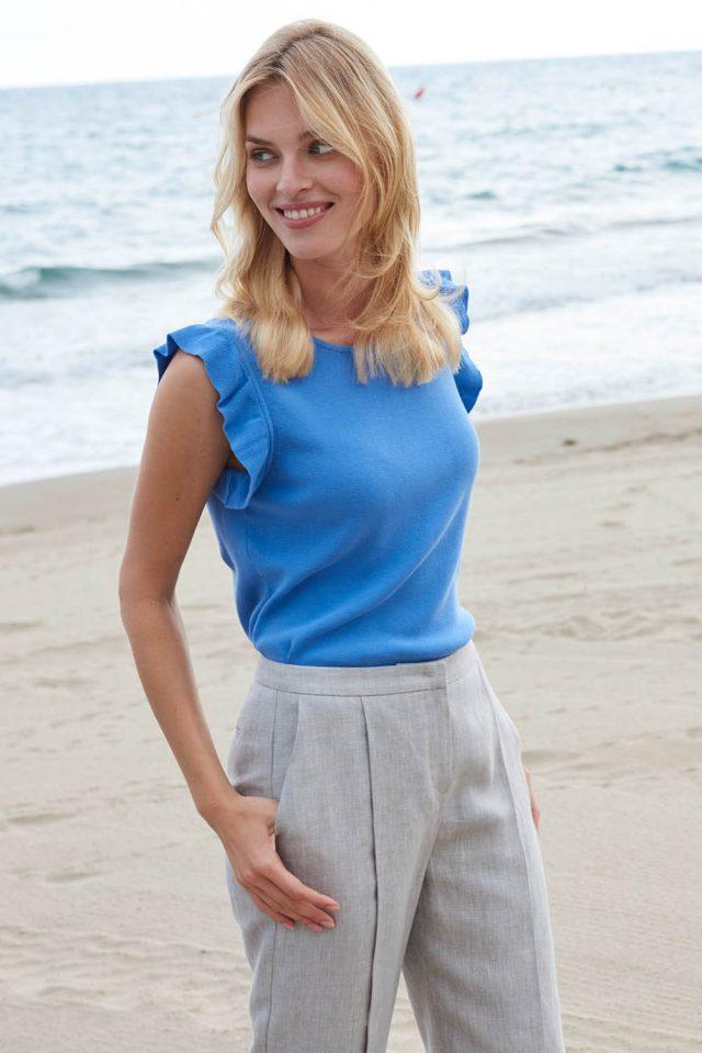 hessnatur-rueschen-romantische-sommer-stylings-strick-top-blau-bio-baumwolle