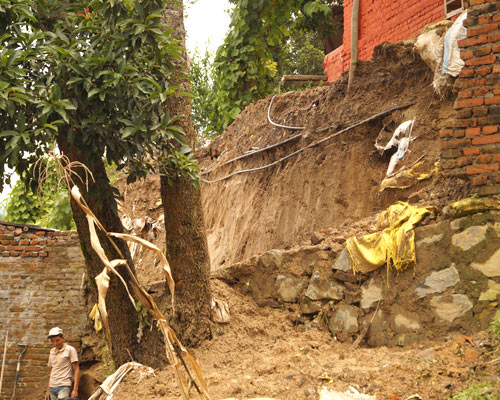 Zerstörte Abhänge nach dem Erdbeben in Nepal