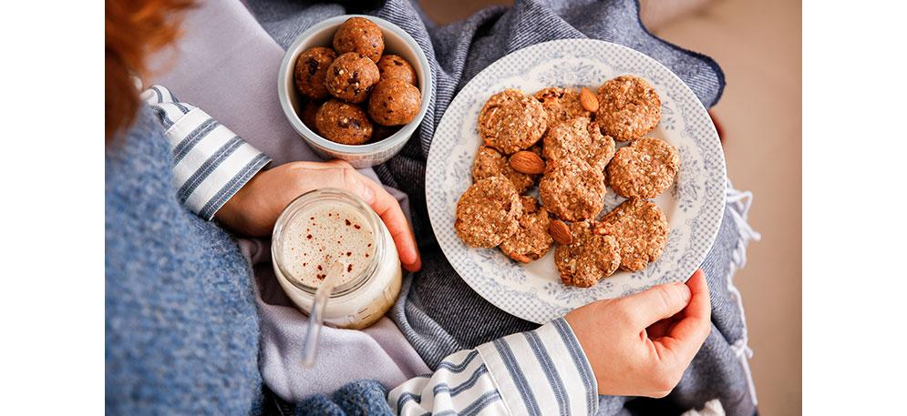 Apfel Chai Latte und Kekse