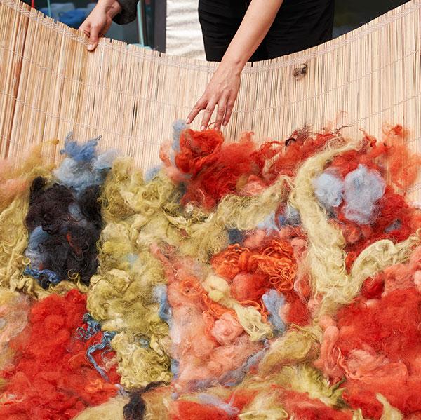 Die vorbereitete Wolle wird für die Decke ausgewählt.