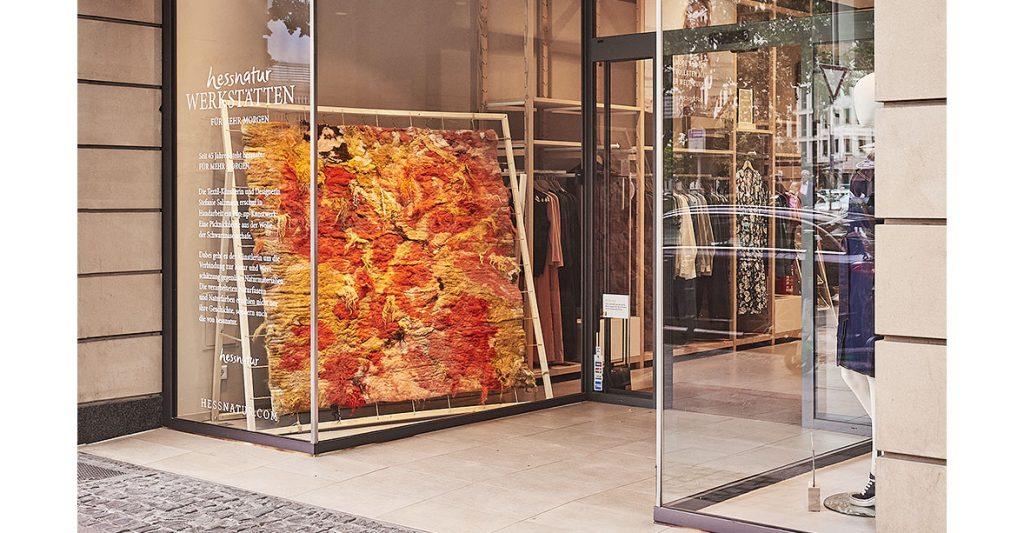 Schaufenster des hessnatur-Stores in der Kaiserstraße 3 in Frankfur