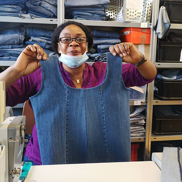 Mitarbeiterin von Bridge & Tunnel bei der Taschen-Produktion